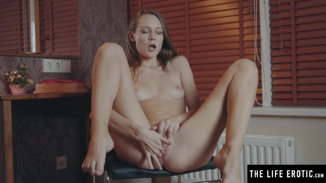 Kinky bdsm beauty teases her nipples and pussy with a pinwheel