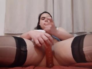 Femme trans se masturbe et avale son sperme