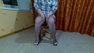 Маша позирует сидя на стуле