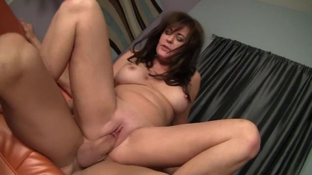 Bella Roxxx Is A MILF That Likes To Lick Sweaty Asshole In The Gym