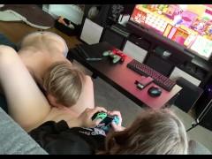 Gameuse se fait lécher la chatte pendant qu'elle joue àAnimal Crossing, il la baise ensuite