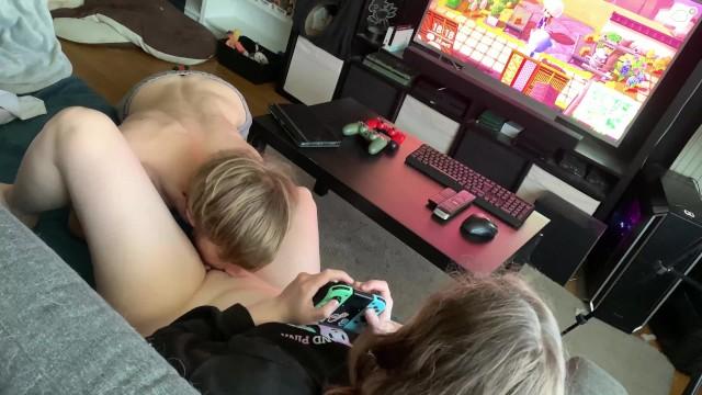 Gameuse se fait lécher la chatte pendant qu'elle joue àAnimal Crossing, i ...