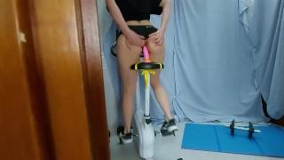 Sorellastra si allena in modo speciale saltando sul dildo sulla cyclette pensando di essere sola