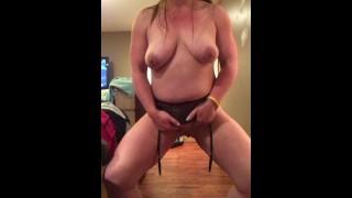 Sexy Milf strips😘😈