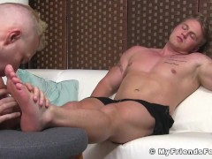 Huge muscular dude enjoys good feet worshipping from buddy