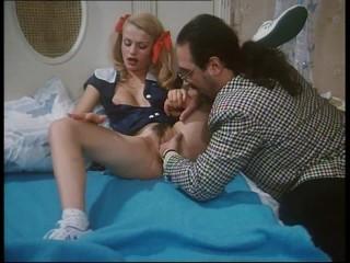 Roberto Malone incontra una figa da scopare. Video porno vintage