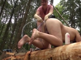 Deutsche Herrin - Pisseinlauf und Fisting im Wald