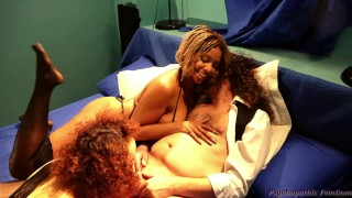 Interracial Ebony Goddess Bacia Suo Marito Mentre La Bianca Lo Spompina Femdom Girl