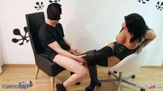 Deutsche MILF guckt User beim abwichsen auf ihrer High Heel Stiefel zu