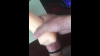 Пальцы парня и сладкая сперма во рту секс-игрушки