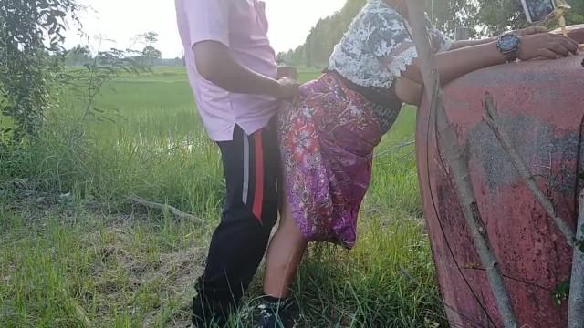 XXXสาวแก่นมยาน คลิปโปสาวแก่ไทย ป้าแก่ชวนเย็ดกับลุงข้างบ้านยืนกระเด้าหีท่าหมา เย็ดกลางแจ้งเอากันมันส์ เย็ดกันริมคันนา จับโอ่งแล้วโก่งหีให้ซอยท่าหมาไม่ยั้ง