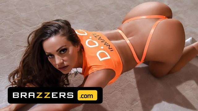 Brazzers - Cock Starved Abigail Mac Can't Resist Johnny Sins' Dick & Takes It Deep Inside Her Pussy