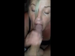 Salope milf suce la bite avec éjaculation dans sa bouche, elle avale tout ton jus