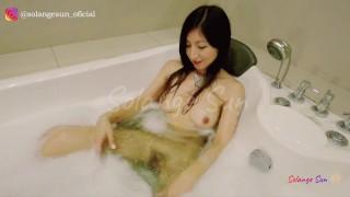 Pequeña Latina-Asiática De Hermoso Cuerpo Se Masturba Por El Culo En El Jacuzzi