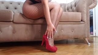 foot fetish with red shoes/ Fetiche pies y zapatos rojos/fétichisme des pieds et chaussures rouges