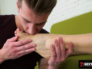 21 SEXTREME – Shredded Stud Spoils Big Ass Granny With His Footlong Cock