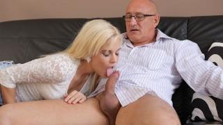 DADDY4K. Un homme d'affaires mature ne craint pas de baiser la petite amie mignonne de son fils