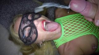 Lekker moedertje in haar keeltje geneukt en vol in haar gezichtje gespoten en slikt alles